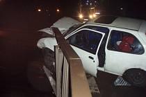 Noční dopravní nehoda Fordu do zábradlí nad Olší v Třinci.
