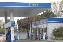 OD TÉTO čerpací stanice EuroOil ve Sviadnově se mladý muž snažil ujet bez placení.