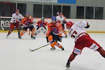 Hokejisté Hodonína (oranžové dresy) se stali prvním týmem, kteří dokázali porazit lídra soutěže z Frýdku-Místku v řádné hrací době. Ve Frýdku vyhráli Drtiči 2:1.