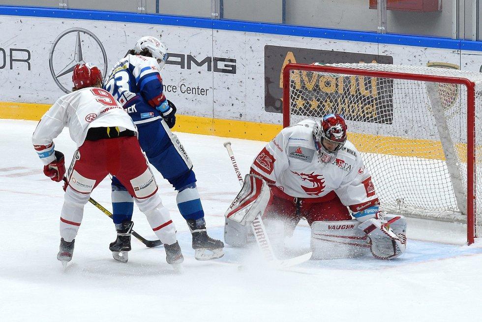 Brno 13.12.2020 - domácí HC Kometa Brno (Karel Plašek) v modrém proti HC Oceláři Třinec (30 Jakub Štěpánek a 9 Lukáš Jašek)