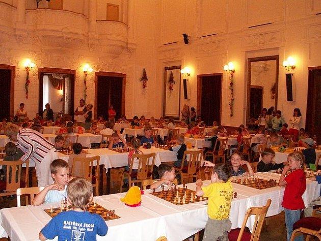 Děti z mateřských škol zaplnily při šachovém turnaji Národní dům v Místku.
