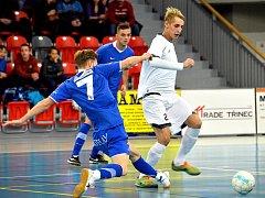 Futsalisté Třince (bílé dresy) překvapivě nestačili na hráče ostravského Baníku. Ilustrační snímek.