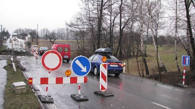 Na silnici I/68 v Ropici-Zálesí se opravuje malý most přes místní potůček. Provoz řídí mobilní semafory, řidiči mezi Stříteží a třineckými Nebory musejí počítat s časovým zdržením.