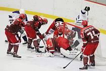 Hokejisté Frýdku-Místku (v červeném) zakončili základní část soutěže vysokou výhrou nad Mostem 7:2.
