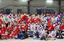 Nejmladší hokejisté Frýdku-Místku reprezentovali svůj klub na mezinárodním turnaji v Chorvatském Zagrebu. Na snímku jsou mladí hokejisté Frýdku (v tmavém) společně s domácími hráči HK Zagreb.