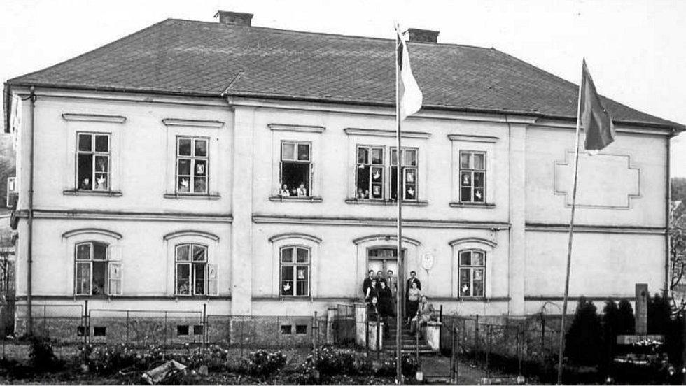 FASÁDA budovy školy s polským vyučovacím jazykem (č. p. 111) v sousedství kostela si ještě dlouho v poválečném období udržela svůj původní vzhled z 19. století (postavená v roce 1877). Takto vyzdobena bývala u příležitosti květnového výročí osvobození.