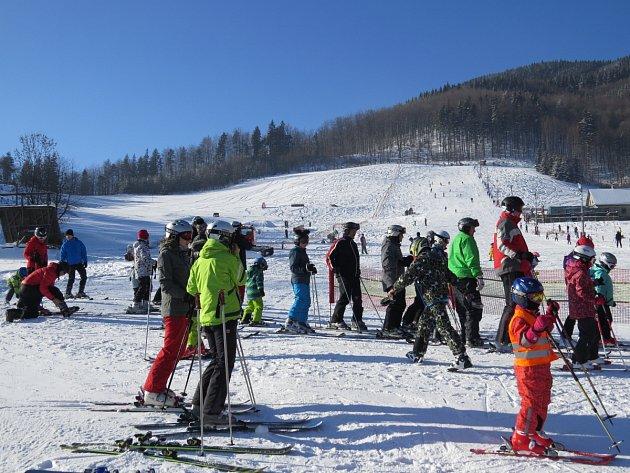 Ve ski areálu Opálená v Pstruží vládly v neděli výborné podmínky, které přilákaly spoustu lyžařů.