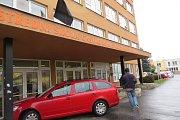 Zavražděná dívka podle zjištění Deníku studovala na Střední škole gastronomie, oděvnictví a služeb v ulici TGM ve Frýdku-Místku. Nad jejím vchodem už visí černý prapor.