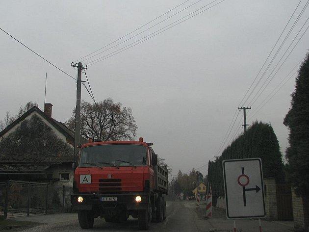 Největší komplikace při stavbě kanalizace musejí snášet obyvatelé této ulici v Kunčičkách u Bašky.