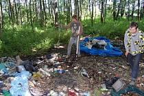 Bezdomovci uklízejí svůj nepořádek.