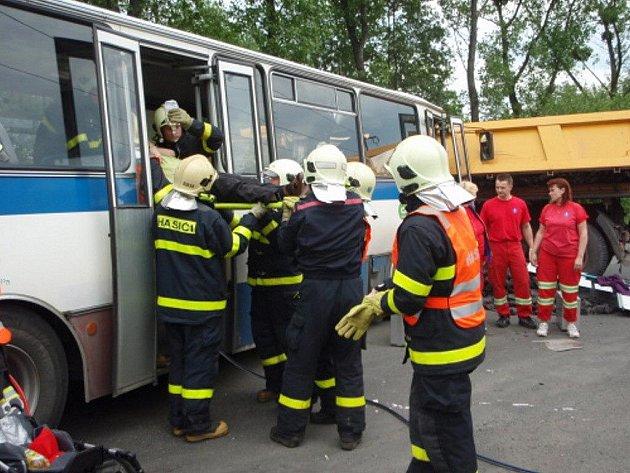 Dopravní nehoda autobusu a nákladního automobilu u Paskova.