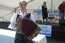 V Ostravici se také žije kulturním životem. Příkladem může být setkání heligonkářů snímek zachycuje letošní vítězku, Vlastu Mudríkovou ze Slovenska.