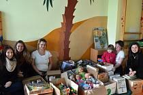 Dobrotety a studentky potěšily děti.