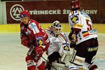 Rostislav Martynek (vlevo) vsítil vítězný gól Třince v utkání proti mistrovské Spartě.