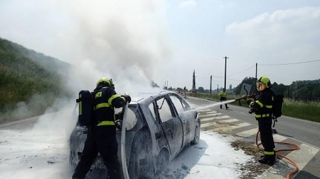 Požár staršího renaultu poblíž přehrady Olešná ve Frýdku-Místku.