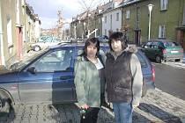 V osadě Berlin ve Frýdku žije nejméně deset romských rodin. Kristýna Kuřitková  (na snímku vpravo) a Drahomíra Pípová přiznávají, že situace tu není úplně ideální.