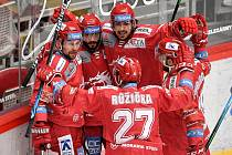 Semifinále play off hokejové Tipsport extraligy - 5. zápas: HC Oceláři Třinec - BK Mladá Boleslav, 11. dubna 2021 v Třinci. (vlevo) Petr Vrána z Třince se raduje s týmem.