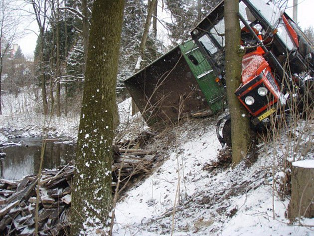 Útlejší doubek zachránil traktoristu se závozníkem před zraněním a potokem.