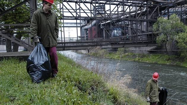 Do čištění koryta řeky Olše v areálu Třineckých železáren se v rámci Dne Země pustili i studenti Střední odborné školy. Na snímku studenti nedaleko vysoké pece.