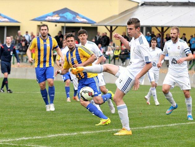 Fotbalistům Lískovce (bílé dresy) zbývají do konce sezony odehrát už jen dva zápasy.