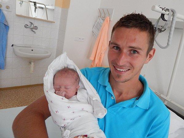 Pyšný otec. Frýdecko-místecký kapitán Petr Literák se svou dcerkou Nellou.