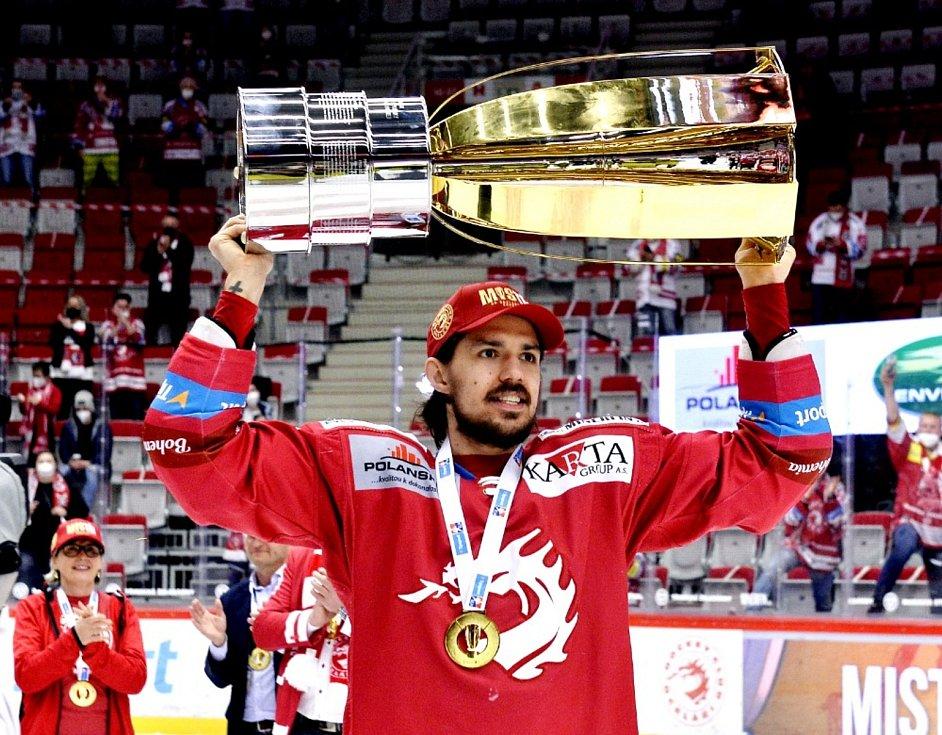 Hokejisté Třince získali mistrovský titul. Na snímku s pohárem útočník Matěj Stránský.
