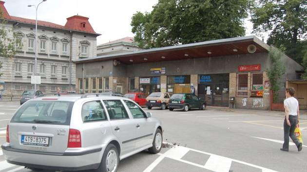 Nové parkoviště na místě bývalého autobusového stanoviště už začali řidiči osobních vozidel využívat.