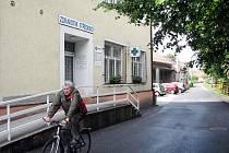 Lékaři a lékarníci z tohoto paskovského zdravotního střediska už se připravují na stěhování nebo výluku provozu. Středisko totiž přes léto projde rekonstrukcí, takže v ordinacích budou namísto zdravotníků kralovat dělníci.