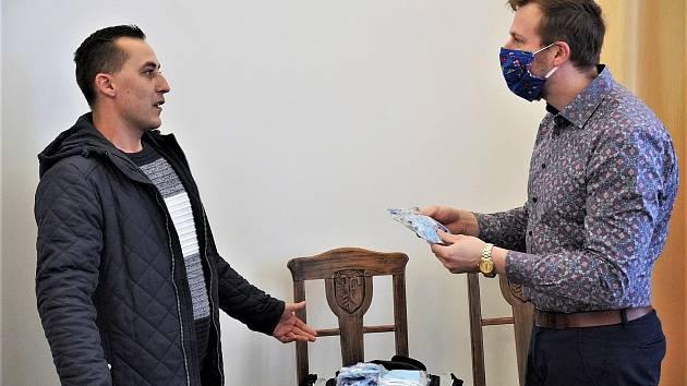 Radnice ve Frýdku-Místku dostala darem 100 respirátorů.