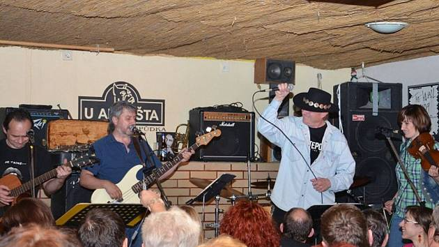 Frýdecko-místecká skupina Michal Tučný revival band.