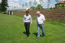 Nová zeleň v Milíkově zkrášlila oddychovou zónu, která odděluje fotbalové hřiště od hlavní komunikace.