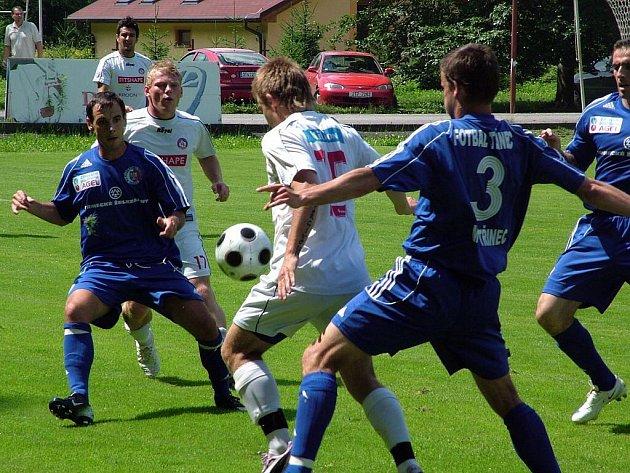 Přípravný zápas mezi Třincem (v modrém) a Trenčínem. Zleva je Miroslav Ceplák a Ivan Martinčík, za Ceplákem je Peter Čögley a u míče Peter Mazán.