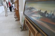 Lidé si na aukci mohli vybrat z téměř sedmdesáti výtvarných děl.