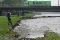 Řeka Ostravice ve Frýdku-Místku ustupuje, u mostu poblíž víceúčelové haly se však v noci na čtvrtek sesunul kus břehu. Úsek má zhruba třikrát třicet metrů.