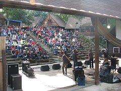 Snímek zachycuje areál v Dolní Lomné, kde se Festival na pomezí koná.