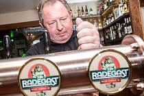 Obchodní sládek pivovaru Radegast Zdeněk Baszczynski čepuje pivo Radegast Ryze Hořká 12.