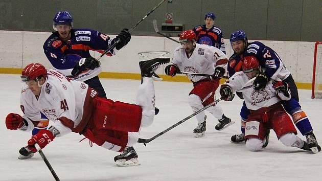 Hokejisté druholigového Frýdku-Místku (v bílém) si na domácím ledě poradili s nepříjemným Hodonínem 6:2.