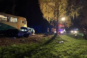 Večerní nehoda auta s motorákem v Ropici.
