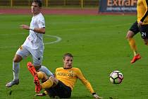 Fotbalisté Frýdku-Místku (v bílém) si ze Sokolova přivezli cenný bod za remízu 3:3.