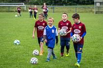 Předání nových míčů malým fotbalistům v Dobré, 8. června 2020 ve Frýdku-Místku.