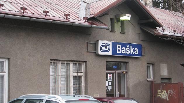 Na této vlakové stanici v Bašce (na snímku) fyzicky napadli opilí mladíci výpravčího, který po jejich útoku skončil v pracovní neschopnosti.
