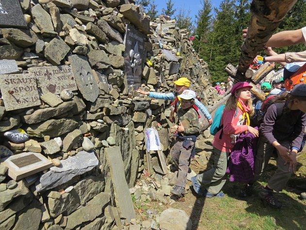 Ivančena je každoročně v dubnu cílem skautské pouti, na mohylu vždy přibývají kameny. Je jich ale tolik, že se pietní místo začalo v minulosti hroutit.