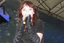 KVĚTEN - Ewa Farna vystoupila v rámci svého turné před vendryňským publikem. Vrátila se tak do míst, kde před lety startovala její kariéra.