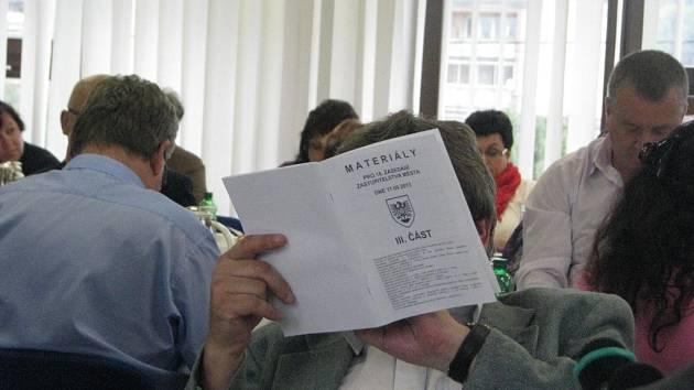 """Velikost písma není jen problém úřední desky, ale občas také tiskovin, které dostávají na stůl třinečtí zastupitelé. Na posledním jednání takto """"luštil"""" materiály Gustav Pilch."""