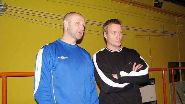 Frýdečtí trenéři Vladimír Skalba (vlevo) a Lubomír Adler pilně sledují své svěřence na úvodním tréninku.