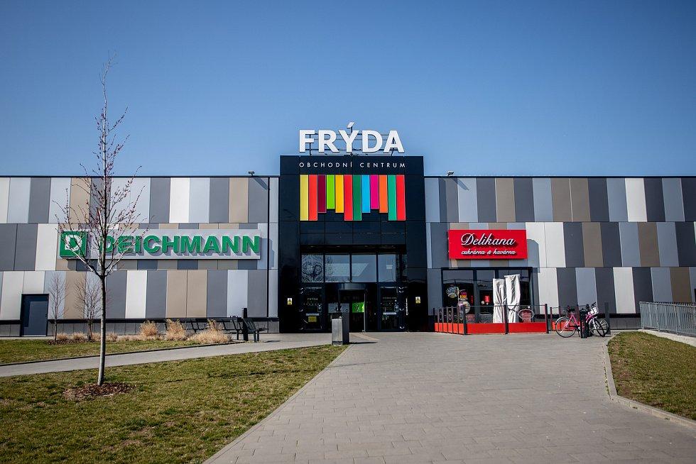 Frýdek-Místek v celostátní karanténě (Obchodní centrum FRÝDA), 24. března 2020. Vláda ČR vyhlásila dne 15.3.2020 celostátní karanténu kvůli zamezení šíření novému koronavirové onemocnění (COVID-19).