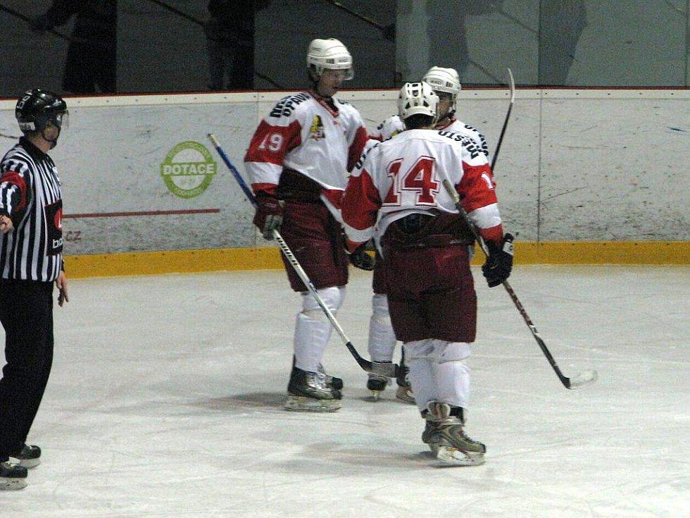 V druholigovém souboji si hokejisté Opavy snadno poradili s Frýdkem-Místkem, když jej na jejich ledě porazili vysoko 8:1.
