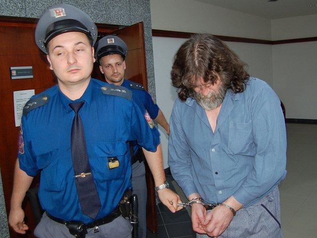 Vězeňská stráž odvádí ze soudní síně obžalovaného Josefa Kosíka.
