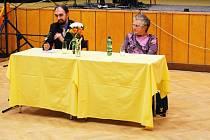 Václav Michalička a Marie Bártková odpovídají během besedy na otázky.