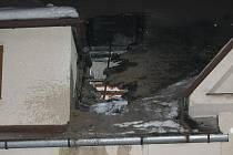 Tři hasičské jednotky zasahovaly v pondělí 6. února večer v obci Návsí u požáru v rodinném domku. Oheň hlavně poničil podkroví domku.